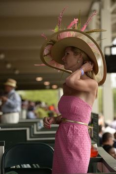 A sparkling day at the Longines Kentucky Oaks A beautiful pink dress with a thin gold belt and to top it off she has on her iconic big Kentucky Derby hat! Kentucky Derby Fashion, Kentucky Derby Outfit, Tacos Altos, Derby Outfits, Derby Winners, Derby Dress, Derby Day, Church Hats, Ladies Day