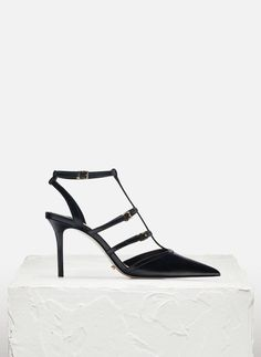 In UTERQÜE you'll find 1 Strappy sandal shoe for just £115.00. Enter now and discover this and many other unique pieces from UTERQÜE.