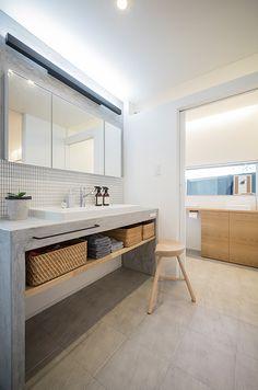 造作の洗面台は手洗いなどに便利な深さと大きさが魅力。 House Design, Vanity, Interior Design Trends, Minimalist Decor, Concrete Bathroom, Apartment Decor, Interior Design Living Room, Interior Design, Bathroom Design