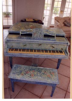 Another piano painted. Painted Pianos, Painted Furniture, Distressing Chalk Paint, Piano Art, Antique Armoire, Old Pianos, Keyboard Piano, Distressed Painting, Country Decor