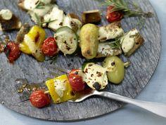 Die aufgespießte Köstlichkeit aus der Türkei – hier mit knackigem Gemüse! Gemüse-Kebabs - mit Joghurt - smarter - Kalorien: 536 Kcal - Zeit: 1 Std.   eatsmarter.de