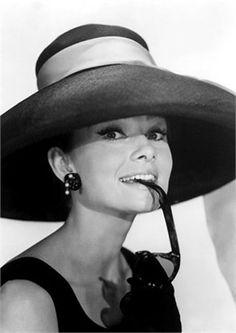 Audrey Hepburn de chapéu no look Givenchy em Bonequinha de Luxo