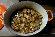 Το κουνέλι στην Κρήτη είναι καθημερινό φαΐ, όπως το κοτόπουλο, και πολλά σπιτικά τρέφουν κουνέλια δικά τους, έτοιμα για κάθε περίσταση. Η συνταγή αυτή, στην απόλυτη αγνότητά της, χωρίς πρόσθετες γεύσεις και καρυκεύματα, είναι γι' αυτά τα νωπά, σπιτικά, μικρά κουνέλια ή και της αγοράς, αν είναι μικρά και φρέσκα. Greek Beauty, Greek Recipes, Pork, Meat, Chicken, Cooking, Ethnic Recipes, Drink, Kale Stir Fry