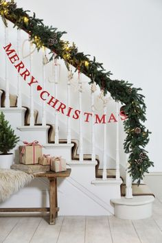 Wanna some inspired indoor Christmas decoration ideas which will turn your home into a fabulous look?You should view our beautiful Christmas decoration ideas in this article. With these indoor Christmas … Christmas Mood, Merry Little Christmas, Noel Christmas, All Things Christmas, Christmas Wreaths, Simple Christmas, Merry Christmas Banner, Christmas Ideas, Minimalist Christmas
