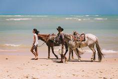 Localizada na Vila do Outeiro, está a 5min de 3 praias: Espelho, Amores e Outeiro. Possui 7 suítes amplas, claras e arejadas, ar condicionado, TV, internet e fr #pousada #Brisasdoespelho #cavalo #passeio #praia