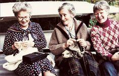 Van links naar rechts: Mary Walker Phillips, Elizabeth Zimmermann en Barbara Walker, drie vrouwen die in de 20ste eeuw veel voor de ontwikkeling van het breien hebben betekend.  Bij Barbara Walker thuis in 1980. / From left to right: Mary Walker Phillips, Elizabeth Zimmermann en Barbara Walker, three women who contributed a lot to development of knitting in the 20est century. At Walker's home in 1980.
