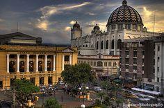 El teatro nacional y la catedral metropolitana. San Salvador, El Salvador