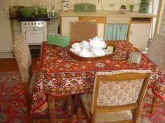Oud Tante Mar (zus van mij Oma?). Petroleumstel, broodtrommel, stoelen, kleed, alles lijkt te kloppen