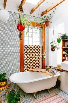 Portland, macramé, retro, bohème, seventies, baignoire sur pieds, plantes vertes suspendues, poutres apparentes