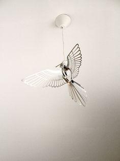 Ruotsalaisen Hommin Studion kaunis lintu on upea yksityiskohta kotisi sisustukseen. Metallinen lintukoriste asetetaan pyöreään valonlähteeseen luoden ajatuksen taivaalla lentelevästä linnusta. Koko:…