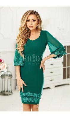 Rochie de ocazie verde pana la genunchi cu maneci largi transparente si croi mulat