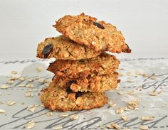 I may have just outdone myself with these healthy breakfast cookies. Made with organic oats, pea protein, hazelnuts and sweetened with raw banana, these cookies are free from butter, flour and refi… Healthy Cookie Recipes, Healthy Work Snacks, Healthy Cookies, Healthy Treats, Whole Food Recipes, Oat Cookies, Protein Cookies, Healthy Protein, Clean Recipes