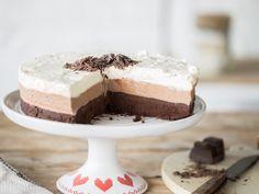 Alle 3 zusammen: Mousse au Chocolat Torte mit 3 Schichten Chocolat Recipe, Mousse Au Chocolat Torte, Chocolate Mouse Recipe, Chocolate Torte, Brownie Desserts, No Bake Desserts, Cake Cookies, Cupcake Cakes, Sweet Recipes