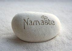 Namasté est une formule de salutation révérencielle dérivé du Sanskrit qui signifie « Je respecte la divinité en toi qui est aussi en moi. » Il sagit
