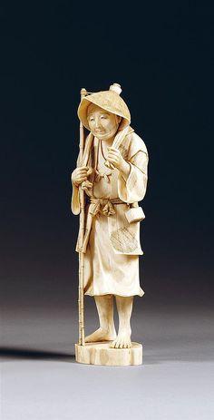 OKIMONO en ivoire, représentant un villageois en pied, coiffé d'un chapeau de paille, ses mains tenant les extrémités de l'étoffe reposant sur ses épaules. Signé. (Petit manque en partie supérieure). Japon, période Meiji (1868-1912). AN IVORY OKIMONO, JAPAN, MEIJI PERIOD. HAUT. 20cm (7 7/8 IN.)