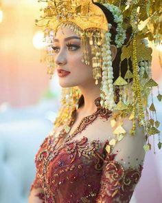 make up adat Palembang yang menawan! Thai Traditional Dress, Traditional Wedding, Traditional Outfits, Beauty Full Girl, Beauty Women, Indonesian Wedding, Indian Photoshoot, Wedding Bride, Wedding Dresses