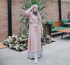 Model Gamis Terbaru yang Harus Anda Miliki di Tahun 2019 – WIKIPIE.CO.ID Informasi, Tips dan Foto aneka baju gamis modern terbaru yang lagi trends Hijab Dress Party, Hijab Style Dress, Casual Hijab Outfit, Hijab Chic, Muslimah Clothing, Dress Muslimah, Small Girls Dress, Girl Fashion, Fashion Looks
