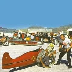 Burt Munro, with American friends, at Bonneville salt lakes sorting the worlds fastest indian. Classic Hot Rod, Classic Bikes, Burt Munro, Honda Cb250, Replica Cars, Powered Bicycle, Indian Scout, Vintage Motorcycles, Indian Motorcycles