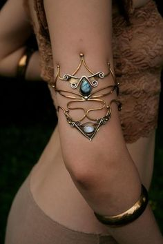 labradorite and moonstone arm band- interesting design, I love looking at metal designs. atlacamani goddess of oceanic storms armlet. beautiful sapphire stone with gold metal Jewelry Trends, Jewelry Accessories, Fashion Accessories, Jewelry Design, Fashion Jewelry, Jewelry Ideas, Earring Trends, Bracelet Bras, Cuff Bracelets