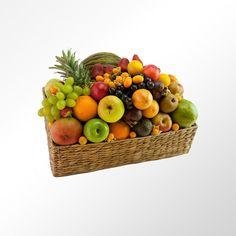 94,95 euros. #Cesta de fruta Favorita. Por su grandiosidad esta Cesta de fruta es la Favorita, toda una explosión de color por la variedad de fruta tropical y mediterránea que producirá el mejor de los sabores tanto a la vista como en el paladar. Está compuesta por piña, melón, mango, papaya, chirimoya, mangostán, granadilla, aguacate, manzana, naranja, mandarina, kiwi, plátano, uva, y pera sobre una bonita cesta de maíz.