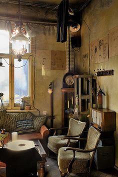 本当に喫茶店?と疑ってしまうほど完璧に昔の家の雰囲気を醸し出しています。大きなのっぽのフル時計だってあります。