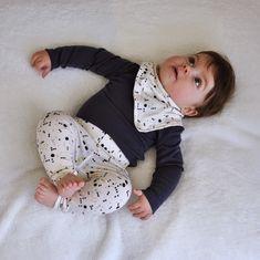 emma en mona: Gratis - legging maat 50 t/m 80 NL Sewing Patterns For Kids, Sewing For Kids, Baby Sewing, Baby Patterns, Sewing Kids Clothes, Baby Kids Clothes, Diy Clothes, Baby Outfits, Kids Outfits