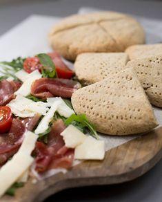 Glutenfrie scones. Samarbeid Helios Candida Diet, Scones, Feta, Camembert Cheese, Breakfast, Drink, Morning Coffee, Beverage, Drinking