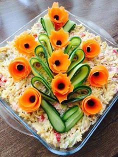 Salataa Food Plating, Carrot Flowers, Edible Flowers, Meze, Food Garnishes, Garnishing Ideas, Salad Decoration Ideas, Sculptures De Fruits, Food Carving