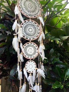 4 Tier Crochet Dreamcatcher 4 Tier crochet dream catcher with white feathers handmade in Indonesia. Doily Dream Catchers, Dream Catcher Craft, Dream Catcher Boho, Dream Catcher White, Doilies Crafts, Paper Doilies, Diy Unicorn, Creation Deco, Craft Fairs