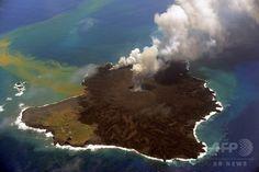 噴煙をあげる小笠原諸島・西之島(Nishinoshima)。写真は海上保安庁提供(2014年7月23日撮影)。(c)AFP/JAPAN COAST GUARD ▼25Jul2014AFP|小笠原諸島・西之島、面積6倍に http://www.afpbb.com/articles/-/3021513 #Nishinoshima