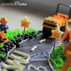 [gebacken] Baustellen-Torte mit Baggern und Bauarbeitern für den Kindergeburtstag Cupcakes, Caramel Apples, Sushi, Happy Birthday, Ethnic Recipes, Desserts, Blog, Muffins, Baby Birthday