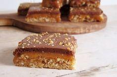 Snickerskake (med karamell av lønnesirup) — Magevennlig mat Fodmap, Let Them Eat Cake, Desserts, Food, Caramel, Tailgate Desserts, Deserts, Essen, Postres
