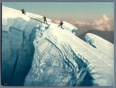 Vallée de Chamonix. Traversée d'une crevasse    #Europe #France_Nouveautés #France_Régions_touristiques