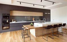 Кухня со шпонированными и крашенными фасадами