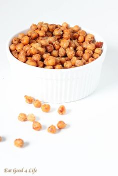 Garlic roasted parmesan chickpeas. These are gluten free, vegan and healthy. A great to snack since they are full of fiber, vitamins and minerals. #glutenfree #vegan #cleaneating