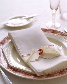 DIY for wonderful Holly Napkin Holders: Just felt (made from the free leaves template), cord  + a little red jingle bell.