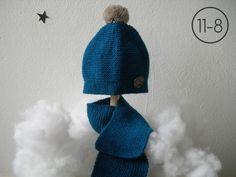 Bufanda y gorro para bebe hecho a mano en punto bobo color azul petroleo  con botón 0541a5ec86b