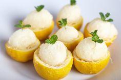 Il gelato al limone è la ricetta perfetta dell'estate, cremoso, veloce da preparare utilizzando succo e buccia di limone, panna, acqua e zucchero. Può essere servito anche come dessert di fine pasto, per accompagnare la frutta o come merenda pomeridiana.
