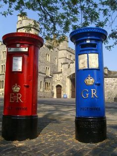 Blue and Red post boxes at Windsor Castle in Berkshire, England. The Blue post boxes were for airmail letters and placed at important sites, they only lasted for eight years because of the rapid expansion of air services to Europe and the British Empire England And Scotland, England Uk, London England, London Underground, James Park, You've Got Mail, Post Box, Windsor Castle, London Calling