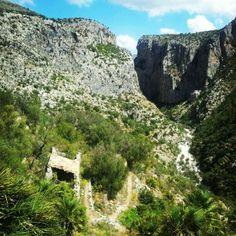 Entrada al Barranco del Infierno en La Vall de Laguar. Posiblemente el mejor barranco de la zona pelúcida para los amantes del barranquismo. Hell canyon in La Vall de Laguardia. Possibly the best canyon of the zone, for lovers of canyoning. Foto de @toni_laguar