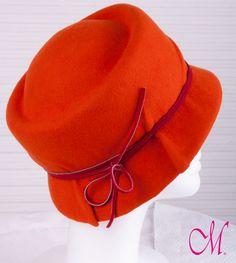 Sombrero Amsterdam. Sombrero años 70 en fieltro de lana naranja con cinta de piel roja. www.monetatelier.com