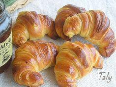 CORNETTI BRIOCHE SFOGLIATI Un #cornetto #brioche #sfogliato fatto un metodo un po' diverso e più semplice per una sana #colazione