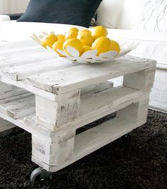 DIY: table made out of pallets. Love the look of this table!