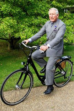 Prince Charles,the Prince of Wales riding a bike. Bicicletas Raleigh, Charles X, Velo Vintage, Vintage Bicycles, Tony Soprano, Most Stylish Men, Best Dressed Man, Cycle Chic, Duchess Of Cornwall