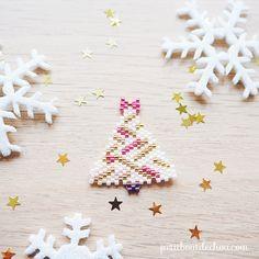 Freebie Miyuki: Christmas Ornaments in Brick Stitch - Petit Bout de Chou Seed Bead Patterns, Beaded Jewelry Patterns, Beading Patterns, Beaded Christmas Ornaments, Christmas Jewelry, Christmas Tree, Brick Stitch Tutorial, Brick Stitch Earrings, Beaded Brooch