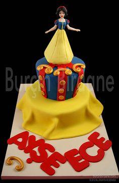 Snow white cake Disney Themed Cakes, Disney Cakes, Bad Cakes, Fancy Cakes, Beautiful Cakes, Amazing Cakes, Snow White Cake, Prince Cake, Snow White Birthday
