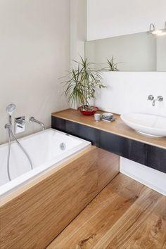 Une petite salle de bain bois avec une baignoire