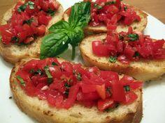 Rosso, succoso e profumato, il pomodoro è il simbolo dell'estate e della cucina italiana. Assieme al pane occupa un posto indiscusso sulle tavole del Belpaese.