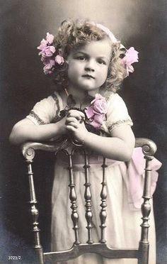❥ vintage photo?.so sweet..love her little hands.