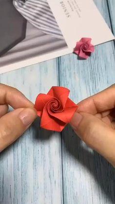 Instruções Origami, Paper Crafts Origami, Diy Paper, Dollar Origami, Origami Bookmark, Easy Origami Rose, Origami Videos, Origami Flowers Tutorial, Origami Instructions